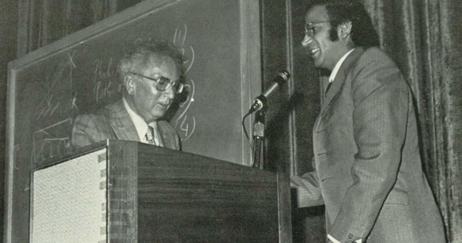 Viktor Frankl (izquierda) propuso equilibrar la Estatua de la Libertad en la costa este con una Estatua de la Responsabilidad en la costa oeste (Foto: Alcalá yearbook, 1972, Universidad de San Diego/Wikipedia)